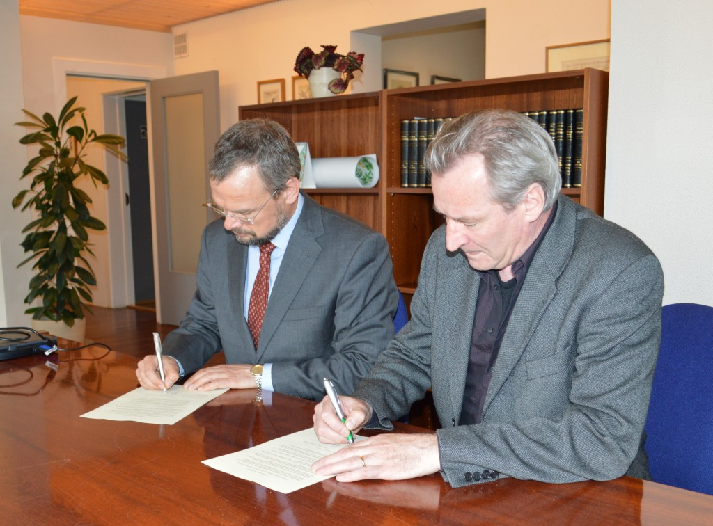 Daði Már Kristófersson forseti Félagsvísindasviðs Háskóla Íslands og Hilmar J. Malmquist forstöðumaður Náttúruminjasafns Íslands undirrita samstarfssamkomulag 8. júní 2015.