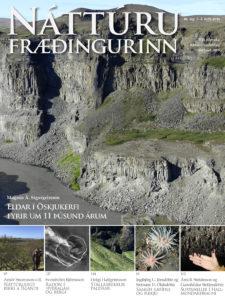 Austurveggur Jökulsárgljúfurs, skammt norðan við Hafragilsfoss prýðir forsíðu heftisins.