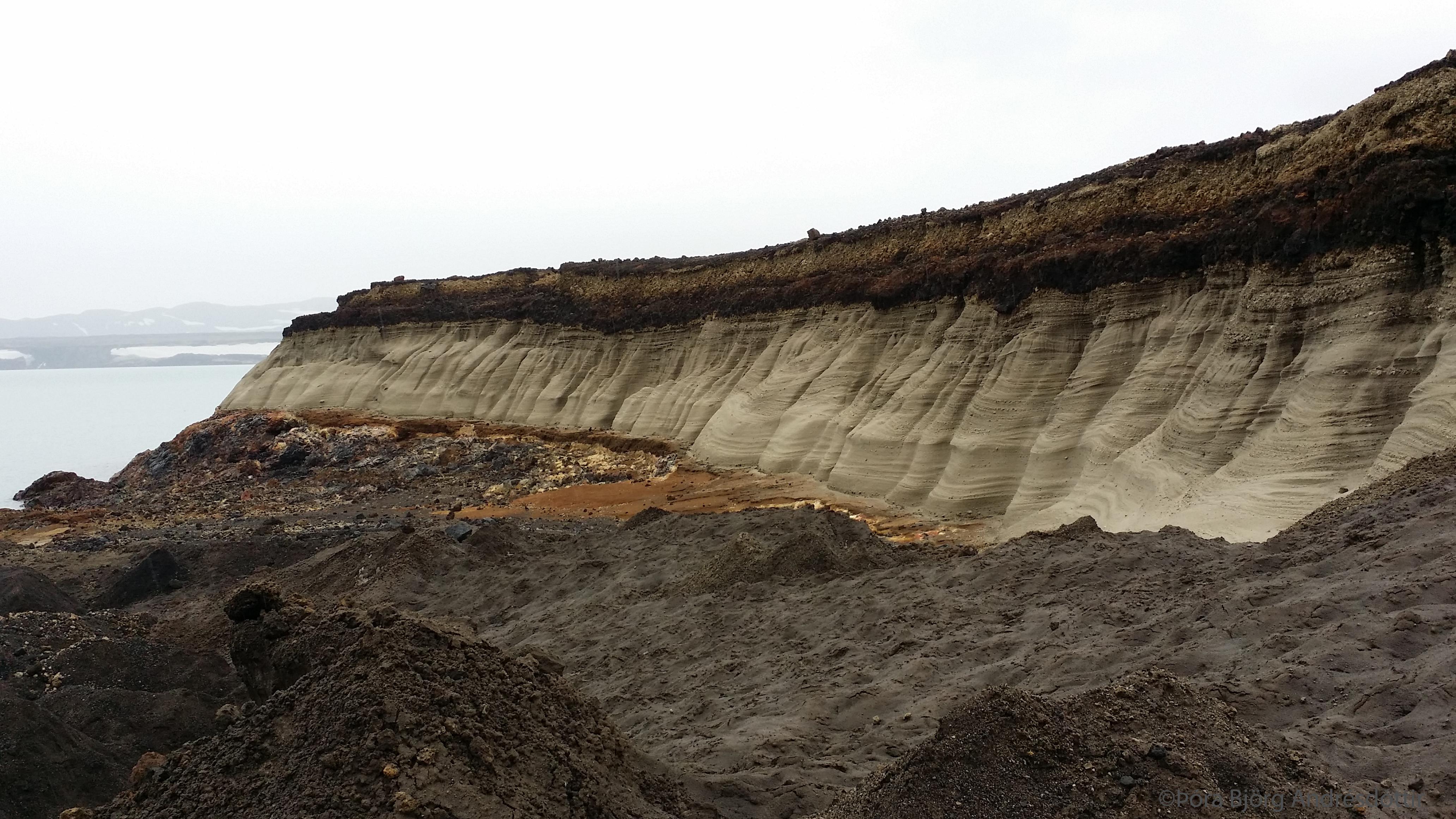Jarðlagaopna eftir flóðbylgjuna í Öskjuvatni í júlí 2014.