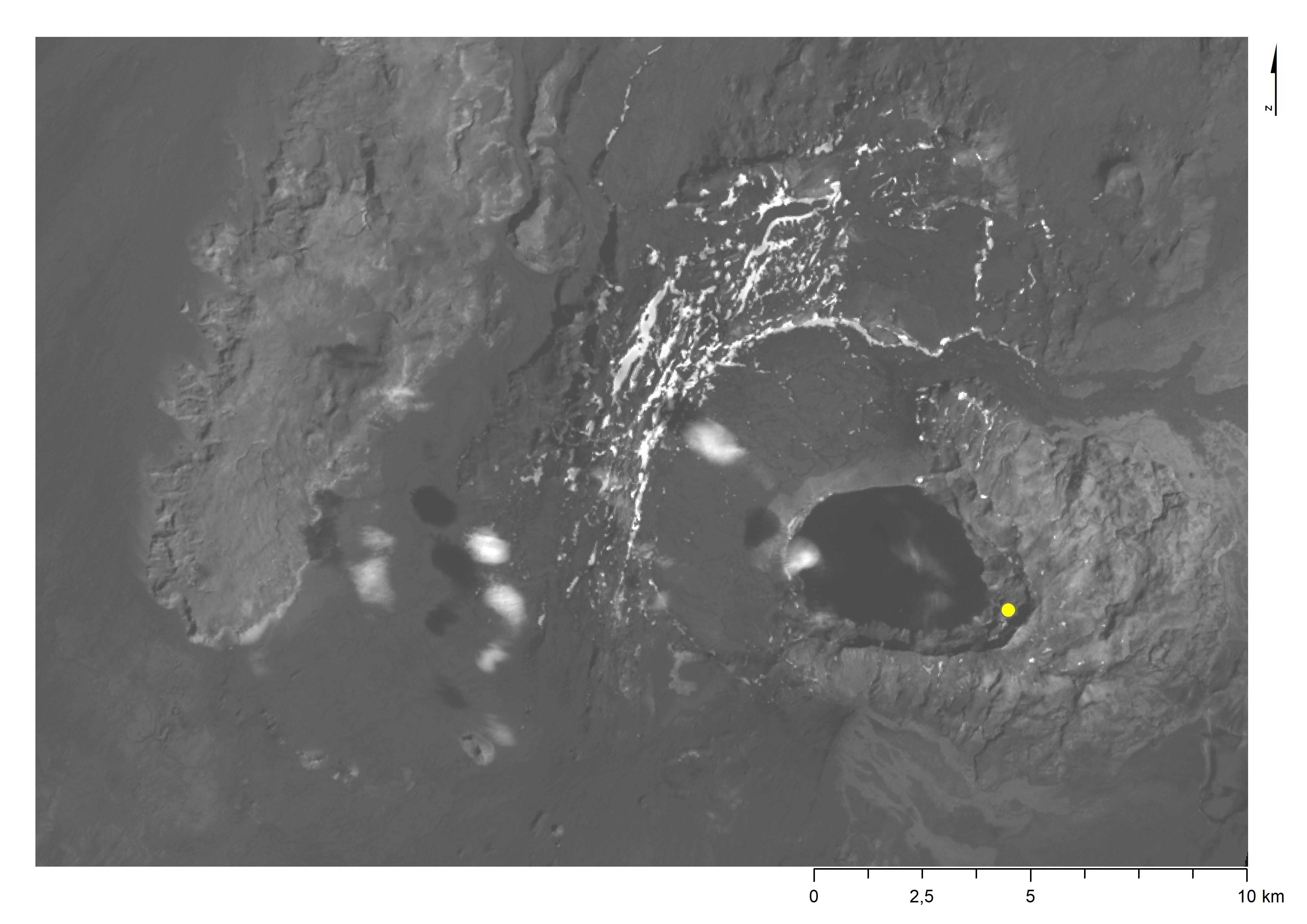Askja í Dyngjufjöllum. Öskjuvatn fyllir yngstu öskjuna og má sjá móta fyrir hinum eldri. Suðurbotnar eru merktir með gulum punkti. (Gervitunglamynd frá NASA).